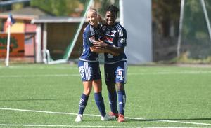 Temwa Chawinga gjorde fem mål mot Lidköping. Här kramas hon om av Mathilda Henriksson.