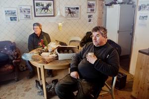 Hans Karlsson, till höger, kan kastas ut från Örebrotravets stallbacke.