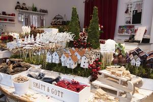 Julpynt och pyssel samt detaljer för smycketillverkning får samsas om utrymmet i pop-up butken på Storgatan