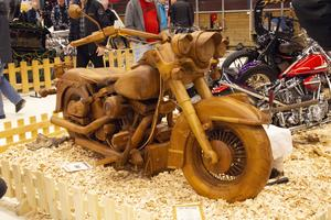HD Woodie, en Harley Davidson i skala 1:1 helt byggd i trä, intresserar många av besökarna.
