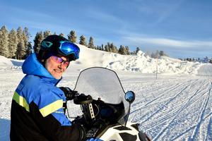 Kjell Skoglund på Idre Fjäll framför de blivande målhoppen i skicrossbanan som nu börjar ta form.