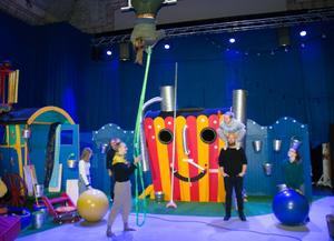 I en vecka har Cirkus Elvira med gäster byggt om Sveateatern till cirkussaga. Cirkusartisterna Lalla la Cour, Eivind Överland, Tuk Fredriksen, Rebecca Seward, Alice Zackrisson, Emelia Lundgren och Thomas Jerbo ställer i ordning.