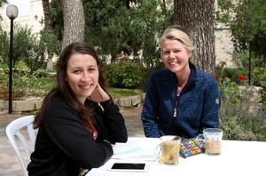 Faluborna Lama Alshehaby och Therese Herkules under en skrivövning i klosterträdgården i Ein Karem.