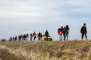 Flyktingar på väg över gränsen mellan Turkiet och Grekland. Foto: Emrah Gurel/AP