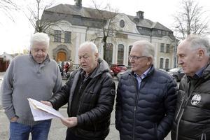 Björn Andersson, Curt-Eric Hermansson, Ingvar Andersson, Sverker Hallor i styrelsen, inför överlämnandet av listorna till kommunen..