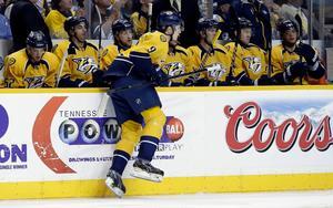 Från SHL-avancemang till NHL-debut. Här tar Filip Forsberg sina första skär i en tävlingsmatch med Nashville Predators, den 14 april år 2013.