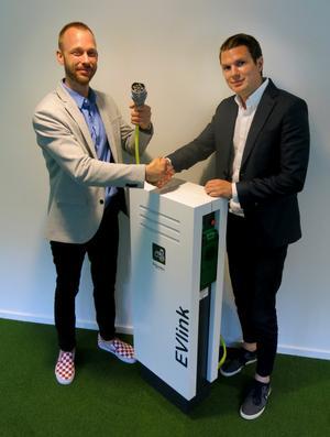 Ett handslag för elektrifierade parkeringsplatser. Björn Lönn från fastighetsägaren Holmprop och Fredrik Wängman, Schneider Electric, som ska leverera över hundra laddstolpar till Uppfinnaren i Teknikparken.