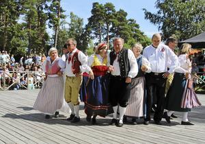 Tälje folkdansgille dansar traditionella  svenska danser.