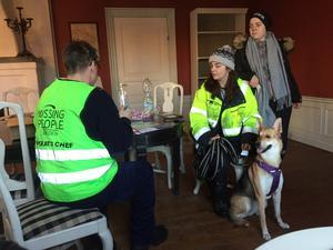 Agnes Tideman och Amanda Larsson från Bångbro och hunden Lola, 1,5 år är med och söker.