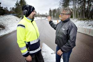 Platschef Morgan Larsson och Lars Severin i samspråk.
