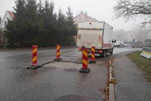 Ett slukhål har lagats på Hamngatan i samma veva som man har åtgärdat de trasiga ledningarna närmare Nynäsvägen.