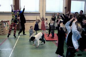 Mycket sång, musik och bus blev det med clownerna som besökte Mullhyttans gymnastiksal för att roa de sportlovsfirande barnen.