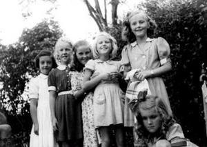 Kompisarna kommer för att gratulera Kerstin på 10-årsdagen. Året var 1945.