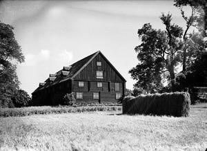 Sockerbruksladan. Pehr Ennes var på sin tid delägare i sockerbruket på Steneberg och kunde därifrån få melass till den björn han gödde i sitt stall