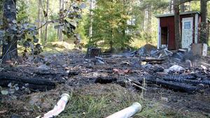 Förkolnade rester är allt som finns kvar av fritidshuset i orresta. En liten obebodd stuga tillhörande golfklubben totalförstördes i en brand natten till söndagen.