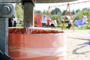 Det saknas inte papperskorgar i lekparkerna. Däremot saknas vett att kasta skräpet där.