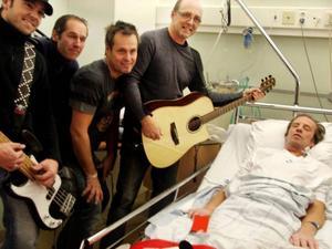 När Jannez med sångaren Kjelle Danielsson sjöng favoritlåten Guenerina på sjukhuset för Lars Alvskog sjöng han med och kunde vifta på tårna under täcket. Foto: Privat