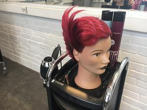 En av elevernas arbeten på frisörlinjen.