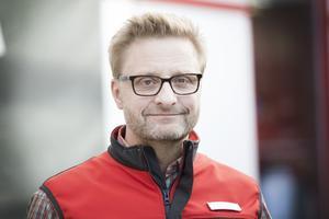 Johan Karlsson, ägare till Maxi Ica stormarknad i Gävle, ser det som bra service att kunna erbjuda kunderna möjligheten att parkera hunden utanför butiken. Det innebär inget extra arbete annat än att personalen gör en daglig kontroll.