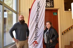 Magnus Näll och Lena Jansson Nordin från Hyresgästföreningen  hade under måndagen ett möte för hyresgästerna på Simpbylevägen för att samla in deras berättelser.