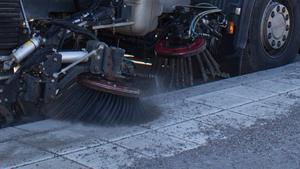 Nu ska Suras gator bli rena från sand och grus.