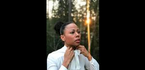 Kulturministern Alice Bah Kuhnke (MP) försatte inte tillfället att politisera konflikten inom Svenska Akademien genom att ta på sig knytblusen i en sympatihandling för den avgående ständige sekreteraren Sara Danius som ett feministiskt ställningstagande. Foto: Johannes Bah Kuhnke/Instagram via AP