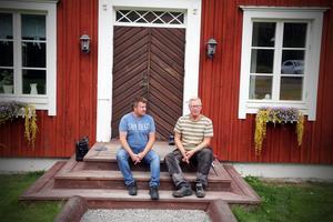 Boende i området, som Robert Ullberg och Leif Andersson, oroar sig för sänkta fastighetspriser. och störningar.