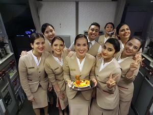 På en flygning mellan Manila och Dubai fick Valeria fira sin födelsedag med besättningen. Foto: Privat