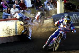 Speedway är en farlig sport. Här kraschar Pepe i en hemmamatch mot Luxo Stars (Dackarna) 2006.  Bild: Håkan Risberg