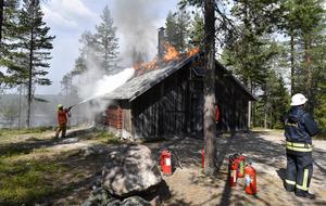Flottarkojan i Särna brinner. I väntan på styrkan från Idre fanns bara handsläckare när alla fordon är ute på skjutfältet. Men branden kunde hindras från att spridas.