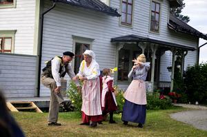 Både gammal som ung hade kommit till teatern som gav många skratt. Såhär kan det gå om Emil sätter flugfångare i hela huset. Pappa Anton spelas av Urban Frånberg, mamma Alma spelas av Linda Forss, Ida av Tuva Larsson och pigan Lina spelas av Alina Granehag.