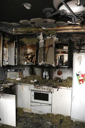 Räddningstjänsten tvingades riva taket när branden skulle släckas, men tack vare en snabb insats var branden släckt efter en timme och inga andra lägenheter i fastigheten skadades.