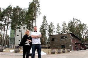 I mars tog Madeleine och Danne Hellman över driften av Mackmyra Bar&Bistro. Högst upp i destilleriets torn ser man till havet.