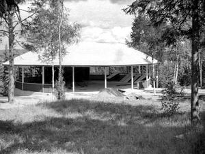 Dansbanan och scenbyggnaden med bland annat loger och toaletter byggdes genom stora ideella insatser. Foto: Privat