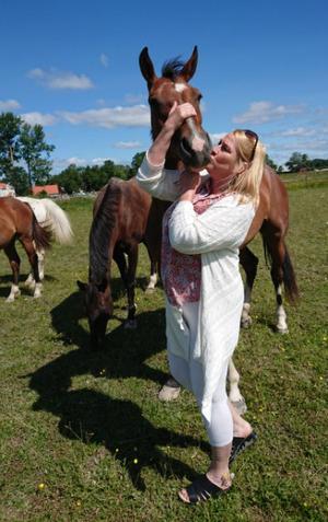 """Eleonora lärde sig uppskatta det hon har mer och säger att hon tar livet lite mer som det kommer. """"Det är ganska skönt. Fler borde prova att leva isolerat en period och avskärma sig från mobilerna"""", säger hon. Här tillsammans med sin privata häst. Foto: Privat."""