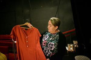 En klänning som Pia Jogérs mamma bar finns med i föreställningen.