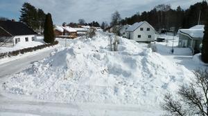 Signaturen Snögubben har tagit en bild på snöhögen utanför sin dörr – ett blivande stadsberg?