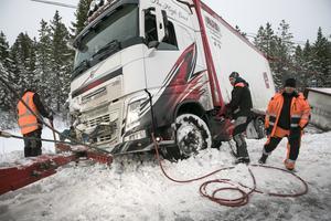 Bärgningsarbetarna har ett flertal steg att gå igenom innan fordonet som ska bärgas kan köras iväg.