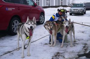 Tarja kramar om sina hundar efter loppet. Fotograf: P. Ångström