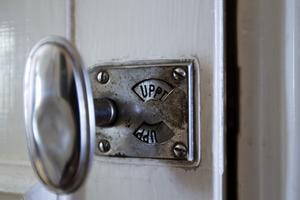 1941 fick huset badrum. Det charmiga låsvredet med texten Upptaget finns kvar sedan dess.