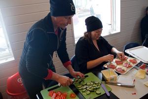Marie Karlsson och Emma Blomgren, Ljusdals IF, bredde mackor så alla kunde få nya krafter att fortsätta snöröjandet.