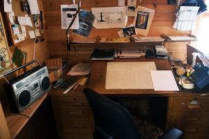Det här var Lars Mortimers arbetsplats i ateljén. Det mesta finns fortfarande bevarat och det känns som om tiden har stått still sedan han gick bort för snart fem år sedan.