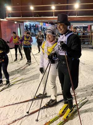 I mål efter nästan tolv timmar, de hade en fin tur trots dåliga spår och motvind – inga problem med varandra och skidorna. Foto: Privat