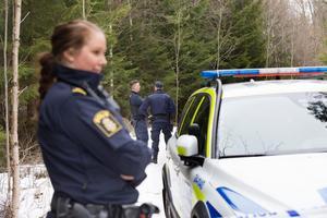 Västeråspolisen fanns på plats i Önstaskogen för att sätta upp avspärrningar och se till att ingen överträdde dem. Ett par söndagsflanörer fick vända när de kom gåendes på skogsvägen mellan Önsta och Rönnby.