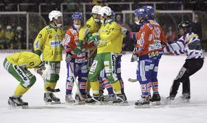 På bilden syns bland annat Patrik Skoglund och Magnus Mill i Ljusdal samt Bollnäs Daniel Skraps, Peter Stock och Anders Spinnars.  Foto: Stig Andersson