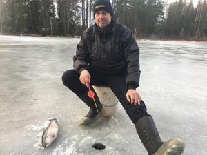 62-årige Urban Andersson från Sala var nöjd med att åtminstone ha fått ett napp på premiärdagen. Laxen tänker han varmröka.