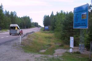 Man måste stanna bilen för att kunna läsa texten vid kommunens nya informationstavla vid Dyrån.