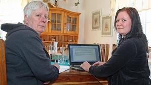 Tillsammans jobbar Inga-Lill Kaneborn och Marie Pott i Lisjö på en skrivelse mot Försäkringskassans orimliga underkännande av läkares sjukskrivningar.