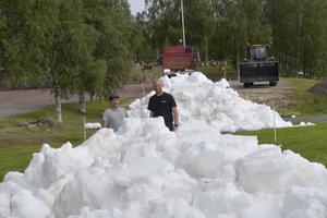 Snö läggs ut inför fredagens Idresprint där de två spåransvariga Patrik Persson och Mattias Franzén.