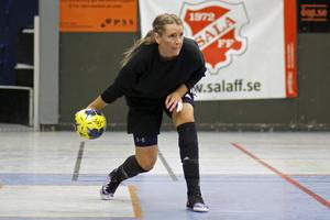Norrby SK:s målvakt Evelina Bygg kastar ut bollen.